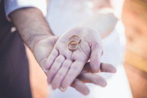 Sposi con fedi in mano